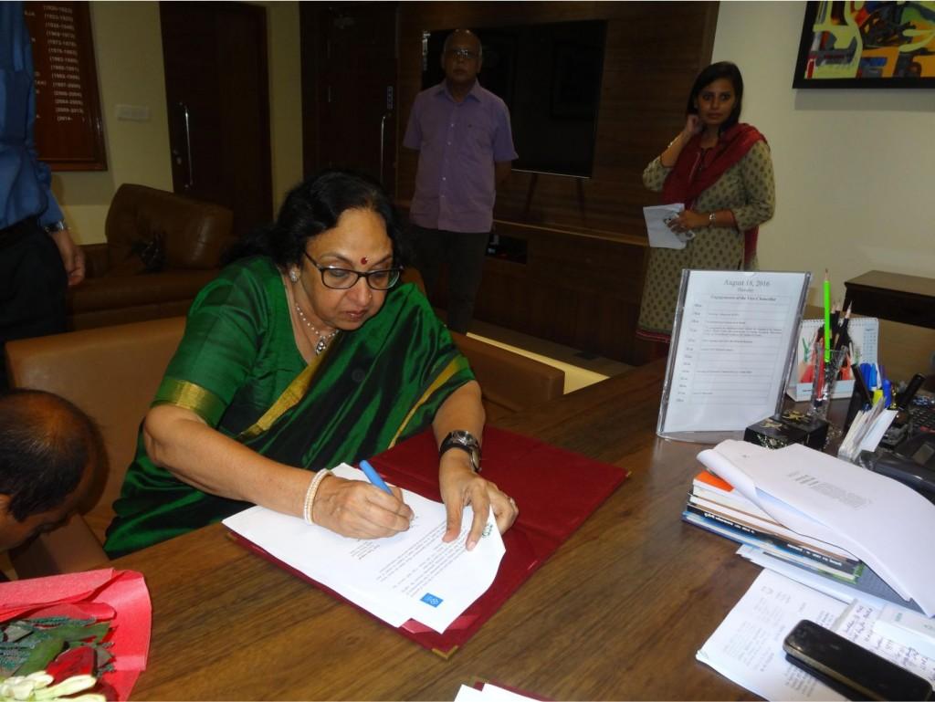 Dr. Kavita Sharma signing MoU with Jamila Millia Islamia University